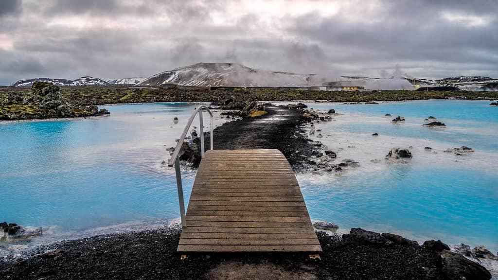 Uitzicht over de blue lagoon in Ijsland